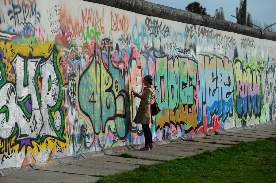 Опрос: Россияне не уверены, что с падением Берлинской стены холодная война закончилась