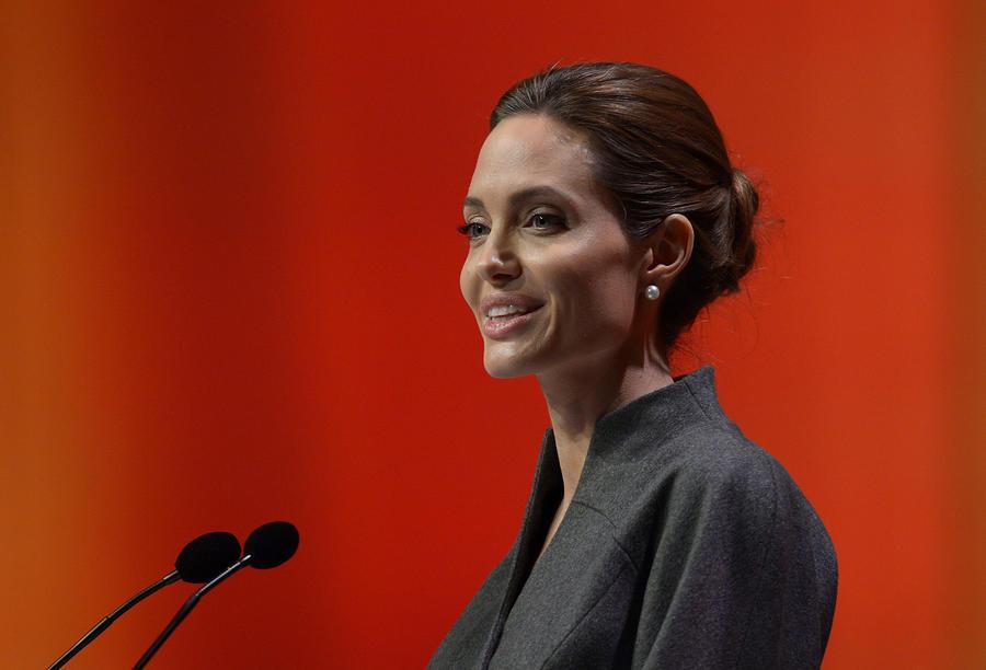 Королева Елизавета  присвоила Анджелине Джоли аналог рыцарского титула для женщин