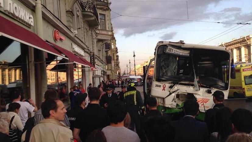 Пассажирский автобус выехал на тротуар на Невском проспекте, пострадали более 20 человек