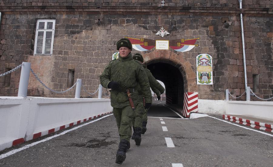 Военного с российской базы ищут в связи с массовым убийством в Армении