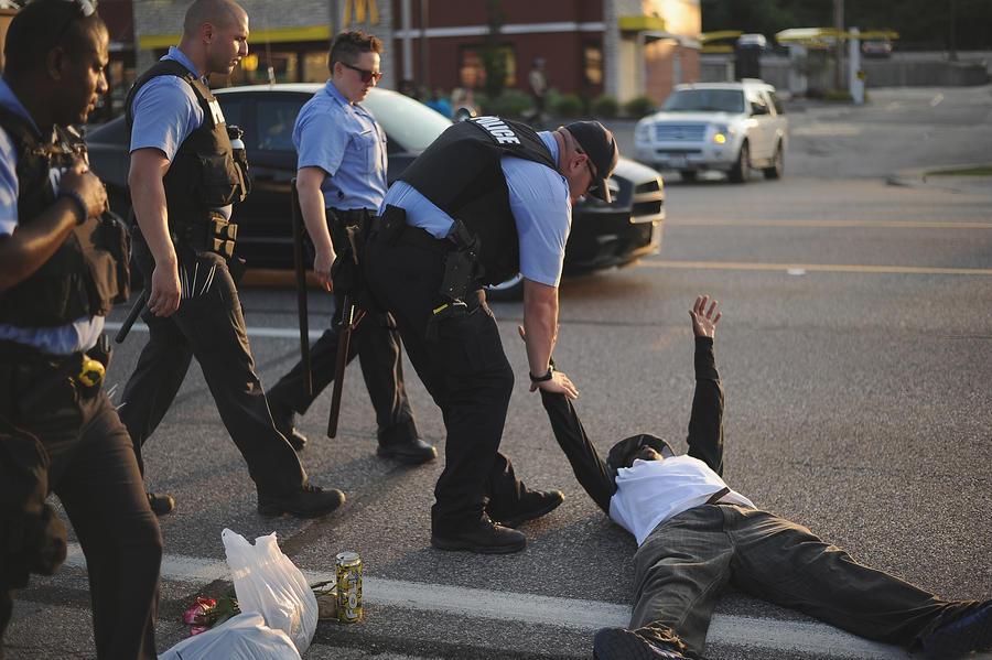 СМИ: Полицейского, убившего чернокожего подростка в Фергюсоне, ранее подозревали в расизме