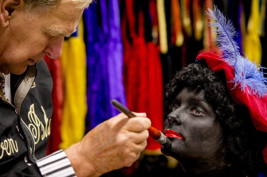 В Голландии традиционного помощника Санта Клауса Чёрного Пита посчитали расистским персонажем