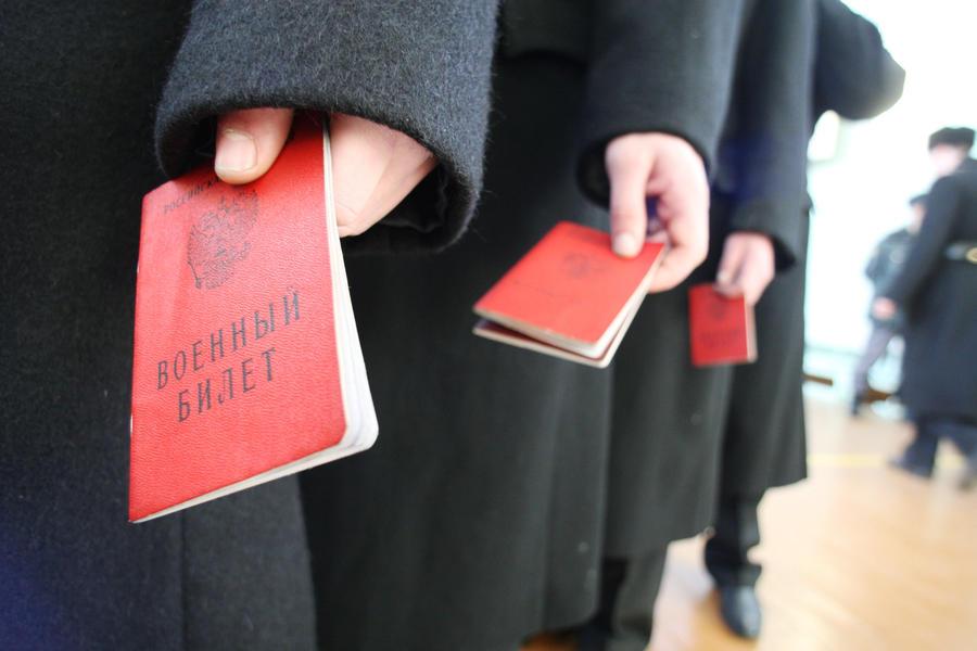 Уклонистам будут вручать военные билеты со специальными отметками