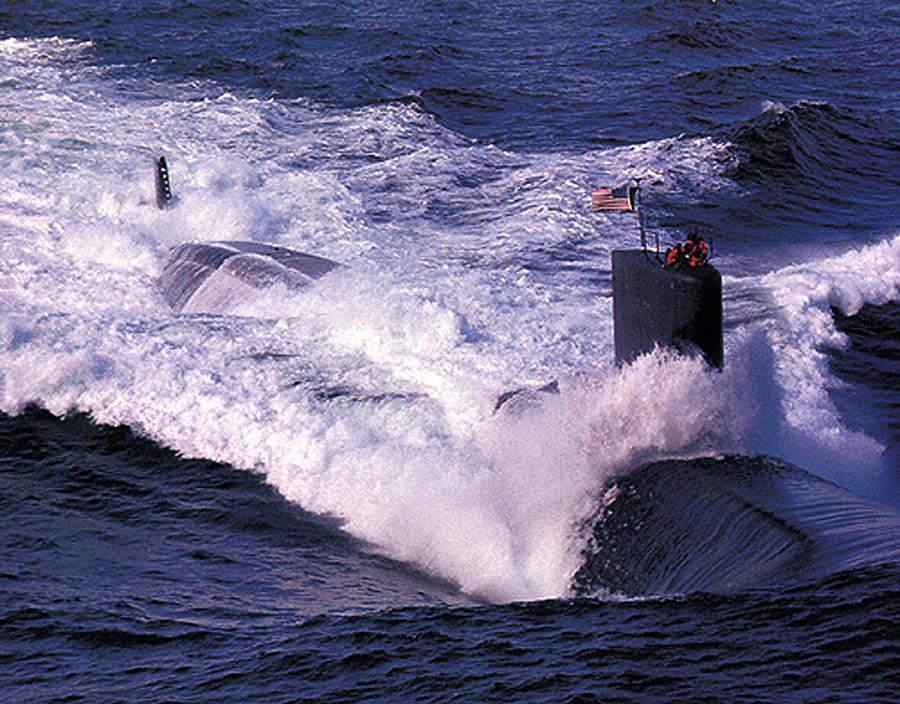 Атомная подлодка США столкнулась с рыболовецким траулером в Персидском заливе