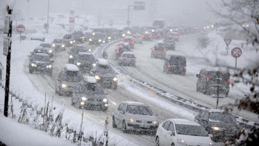 Мощный снегопад спровоцировал транспортный коллапс во Франции