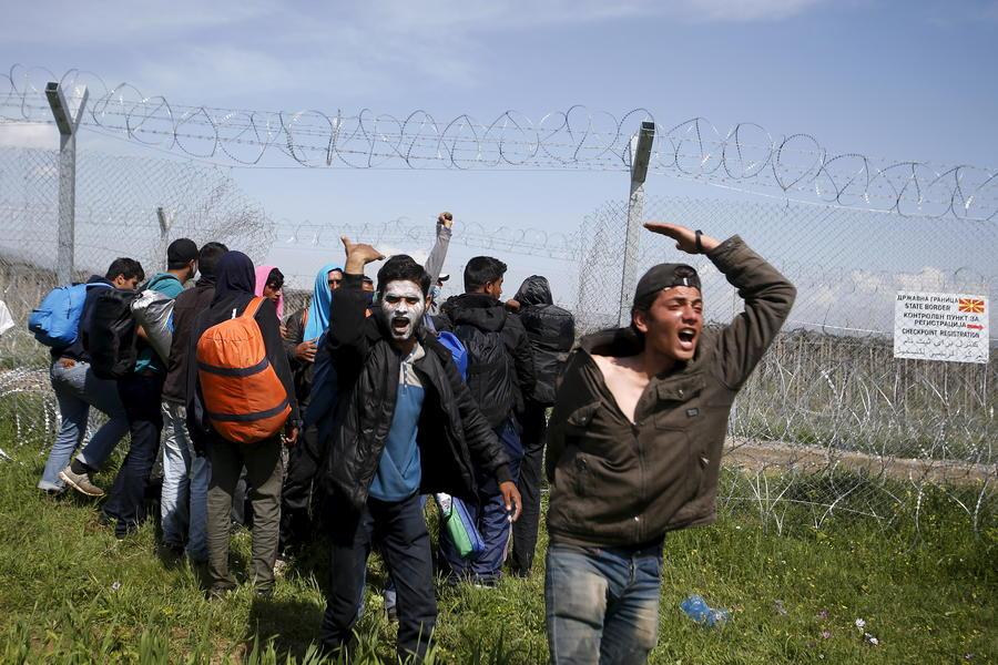 Сейчас или никогда: беженцы штурмуют греческо-македонскую границу