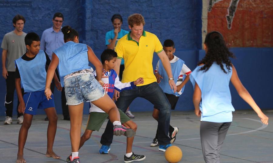 Принц Гарри, общаясь с бразильскими сиротами, откровенно рассказал им о гибели принцессы Дианы