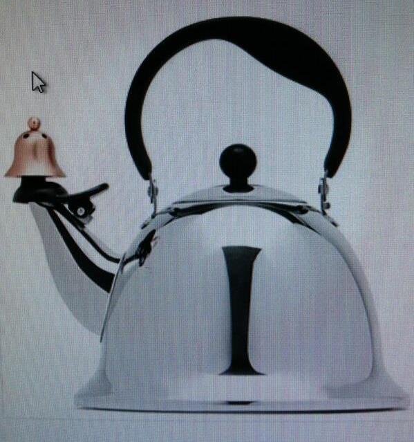Посетители универмага в США требуют снять с продажи чайник, похожий на Гитлера