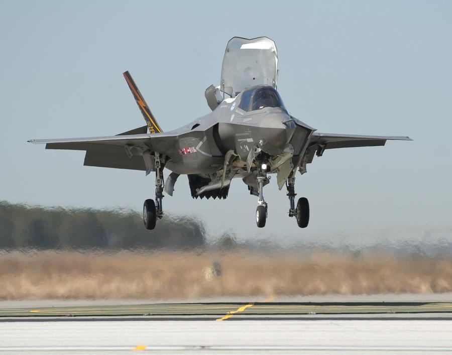 Парализованная женщина научилась управлять истребителем F-35 силой мысли