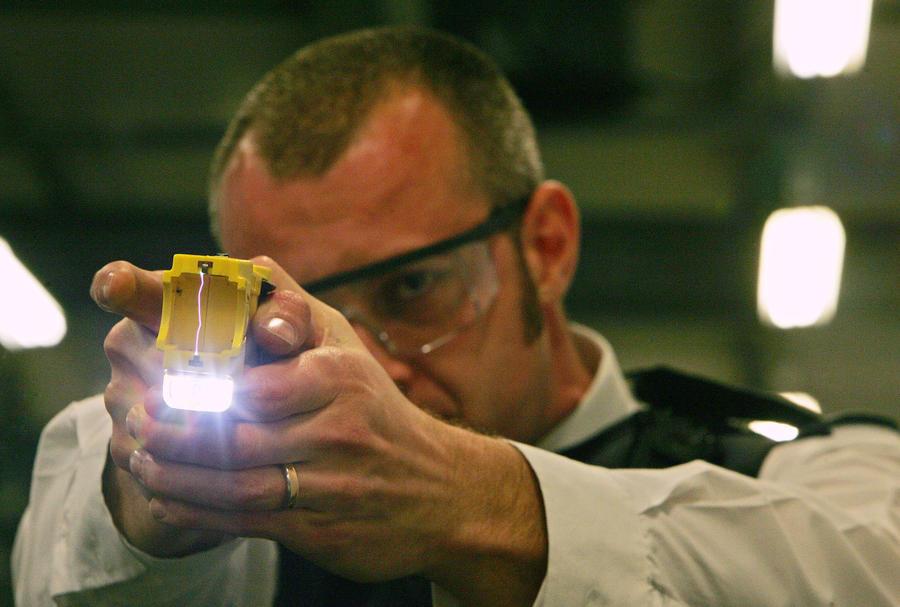 Американец подал в суд на полицейских, ради забавы пытавших его электрошокером