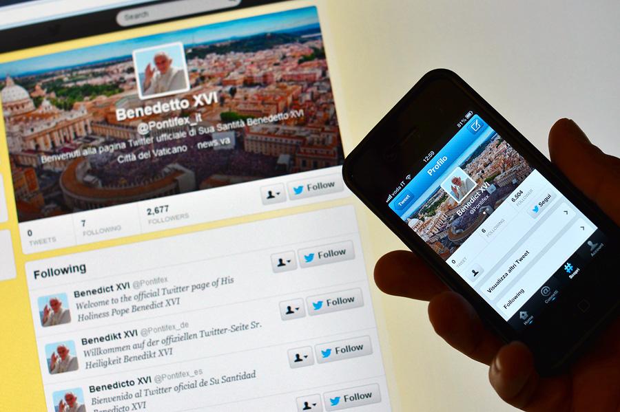 Теперь за папой Римским можно следовать в Twitter