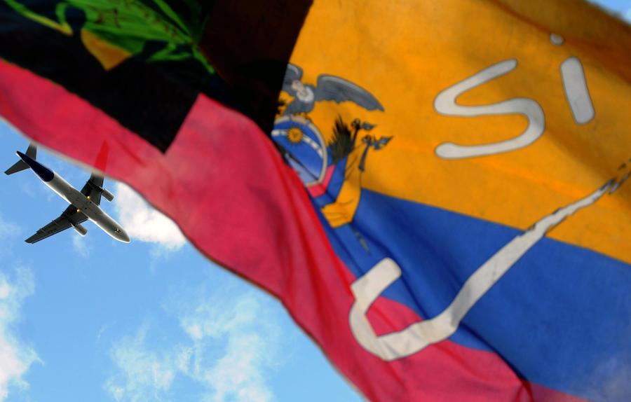 МИД Эквадора: Власти не выдавали Сноудену транзитные документы