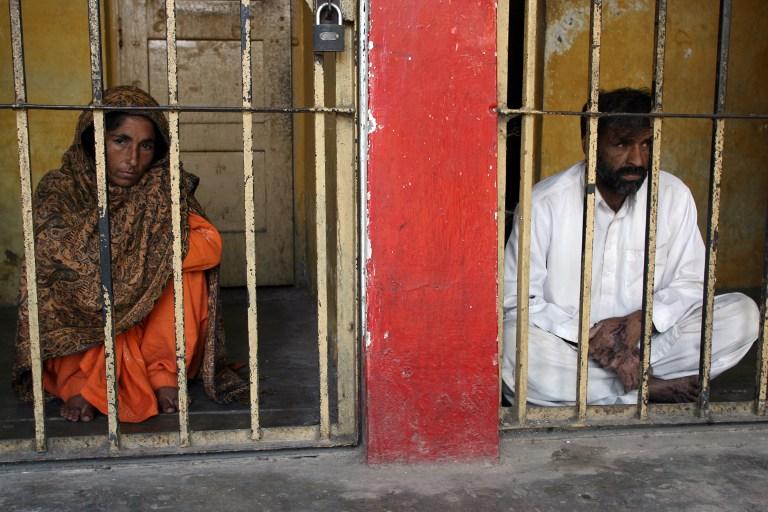 Пакистанские родители, облившие дочь кислотой, утверждают, что это ее судьба