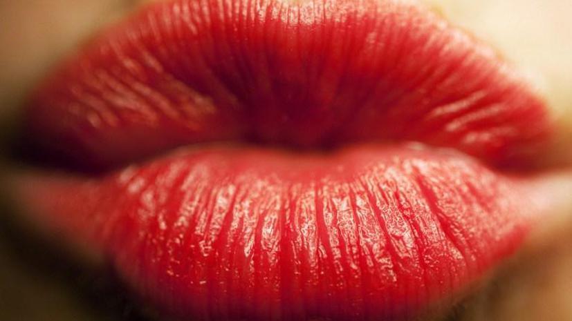 Стюардессам Turkish Airlines запретили красить губы красной помадой