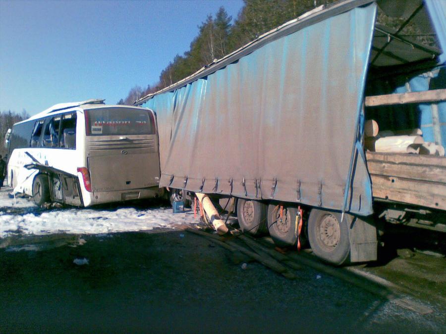 В Калужской области автобус столкнулся с фурой: три человека погибли, 30 получили ранения