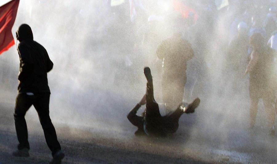 Стамбульские полицейские разогнали студенческий протест водомётами и газом