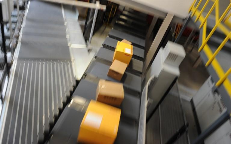 Скрытая камера на почте засняла сотрудника, уничтожающего посылки британцев