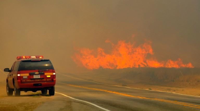 Лос-Анджелес на грани блэкаута: лесные пожары перекинулись на городскую электроподстанцию