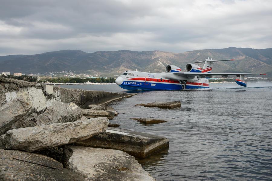 К поисковой операции на месте кораблекрушения в Охотском море присоединился самолёт-амфибия Бе-200