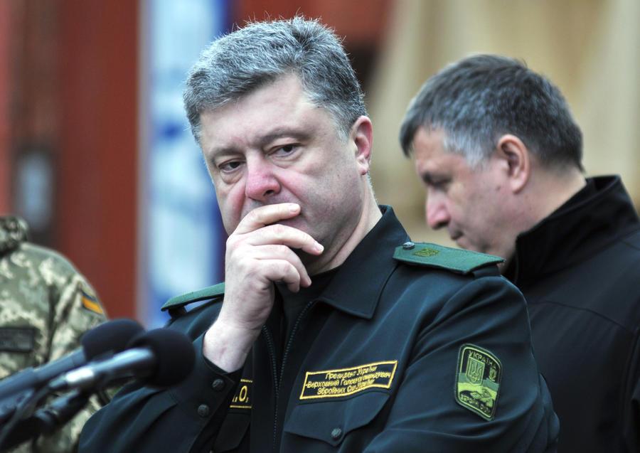Австрийские СМИ: Война Петра Порошенко «на три фронта» рискует закончиться его отставкой