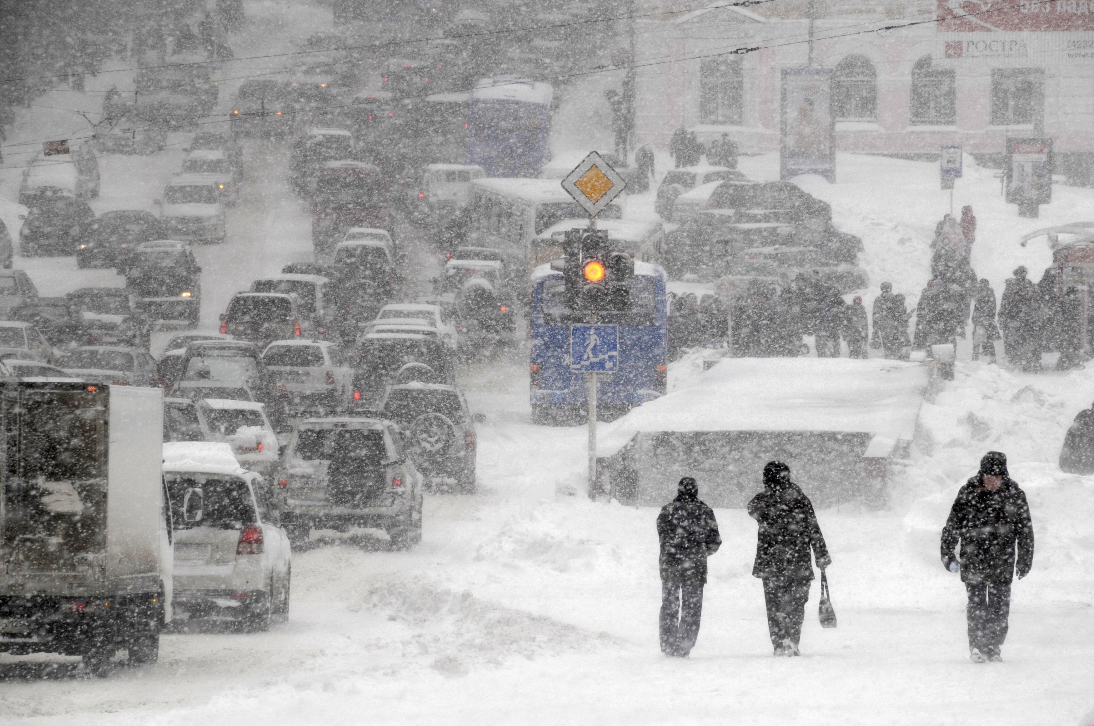 На Москву обрушился морозный ливень, машины стоят в огромных пробках