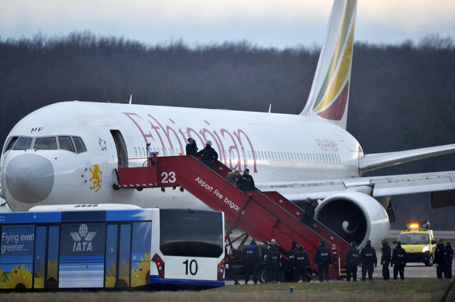 Полиция Женевы: Воздушный пират, совершивший попытку угона самолёта, обезврежен, пассажиры покинули борт