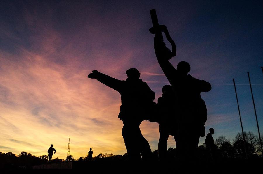 Монумент Освободителям Риги: сносить нельзя оставить