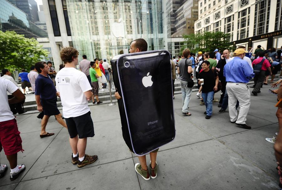 Китайца ударило током при попытке зарядить iPhone 4