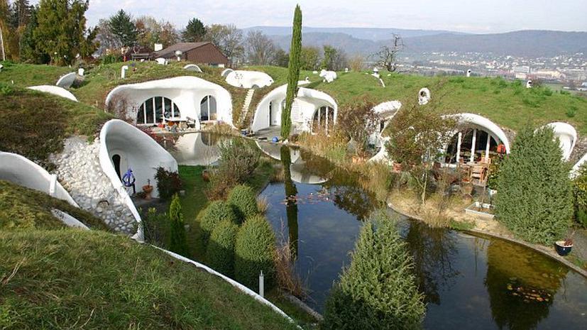 В Швейцарии построили экологичные «домики хоббитов»