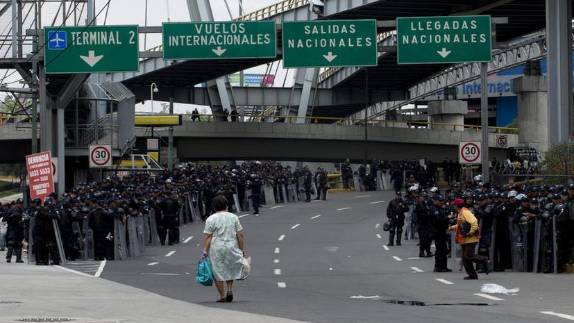 В Мехико тысячи бастующих учителей заблокировали дорогу в аэропорт