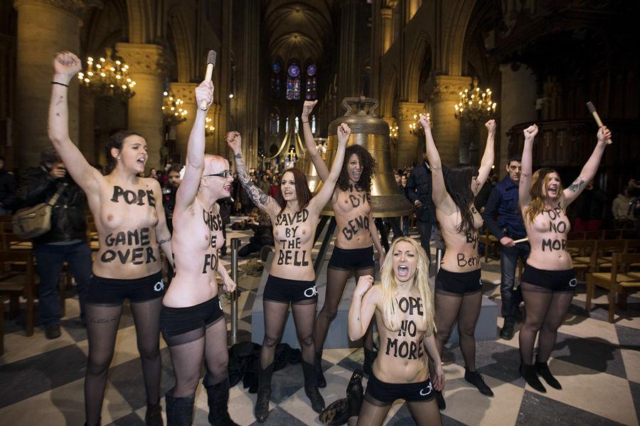 Активистки Femen устроили акцию в соборе Нотр-Дам в честь ухода Бенедикта XVI