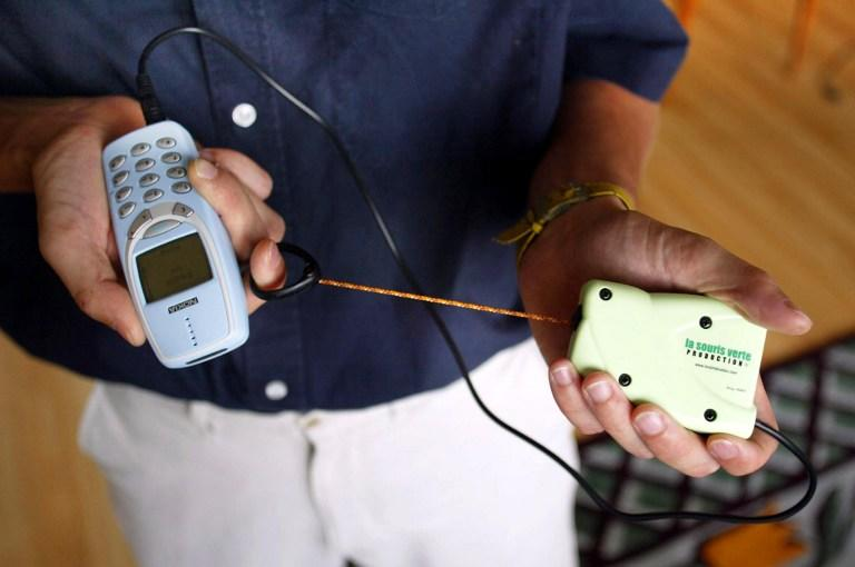 Учёные изобрели технологию для зарядки телефона мочой
