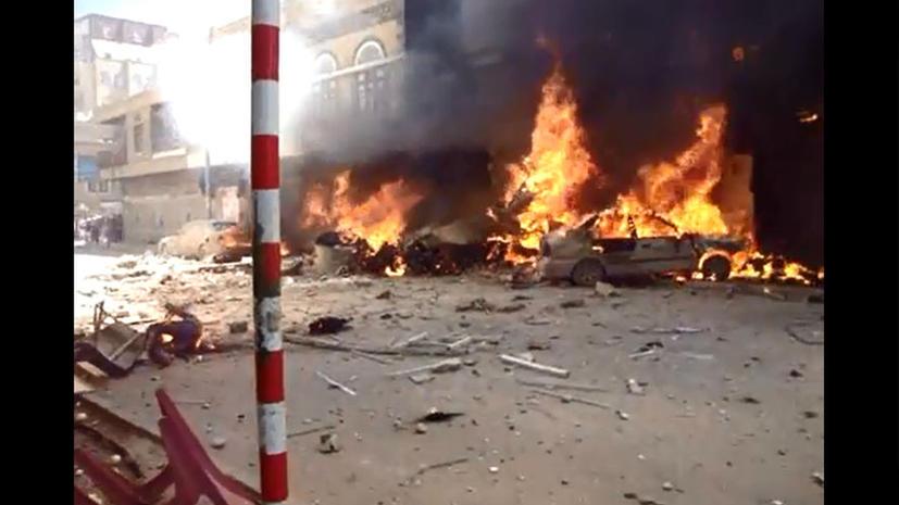 В столице Йемена разбился самолет: первые кадры с места события