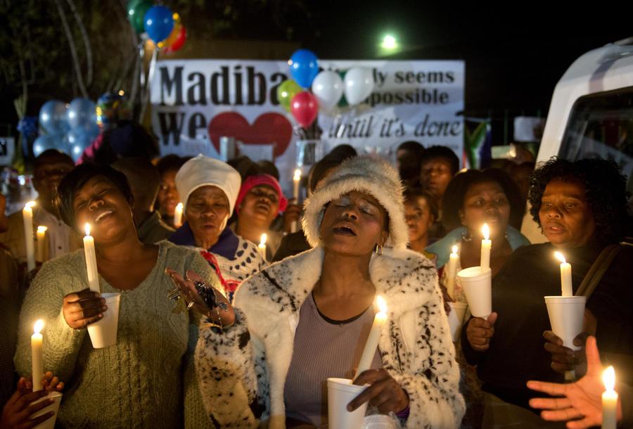 Глава ЮАР отменил визит в Мозамбик из-за критического состояния Манделы
