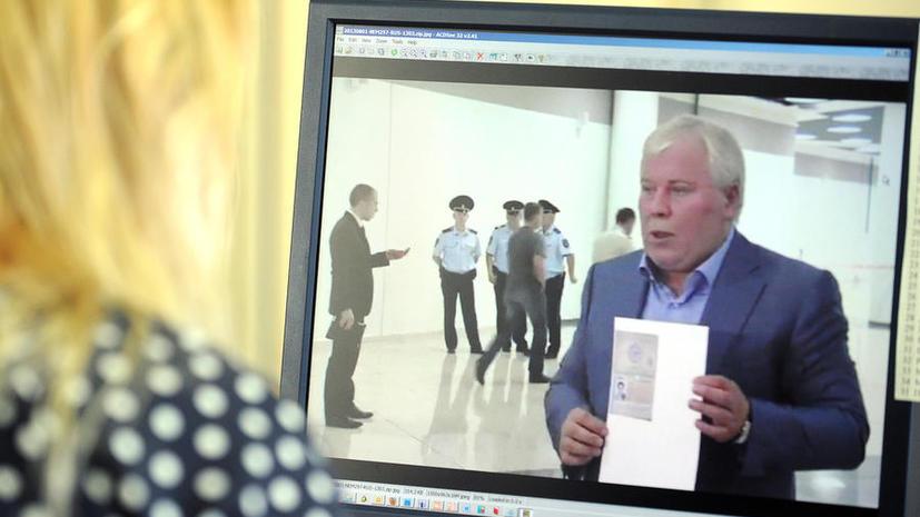 Отец Сноудена до сих пор не получил российскую визу