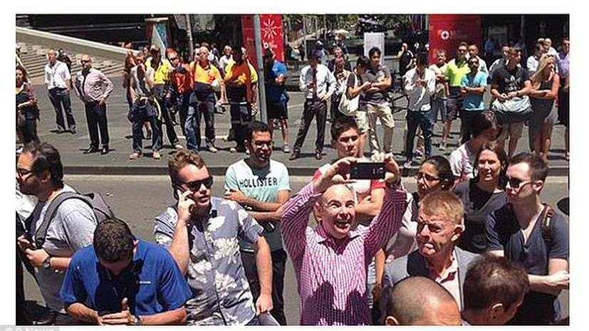 Психологи объяснили причины «селфи-эпидемии» на фоне кафе с заложниками в Сиднее