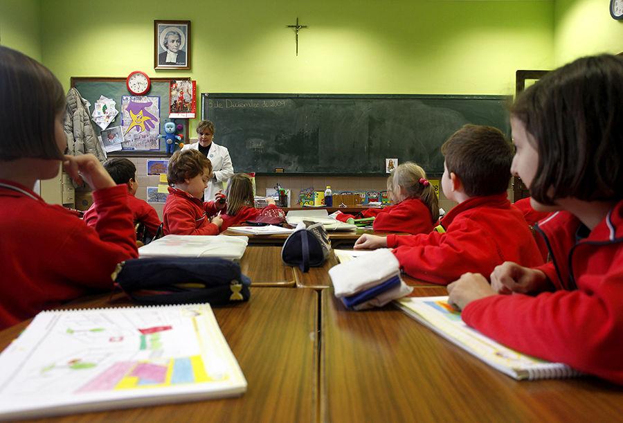 Британскому школьнику запретили носить на уроки христианский браслет