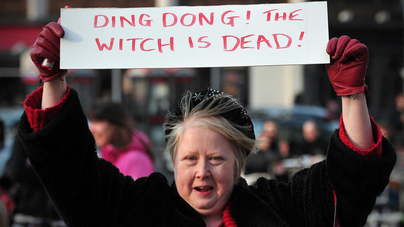 В Шотландии Маргарет Тэтчер проводили плакатом «Динь-дон, ведьма мертва»