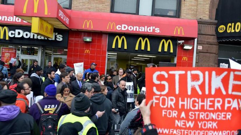В США проходят массовые забастовки работников фаст-фуда