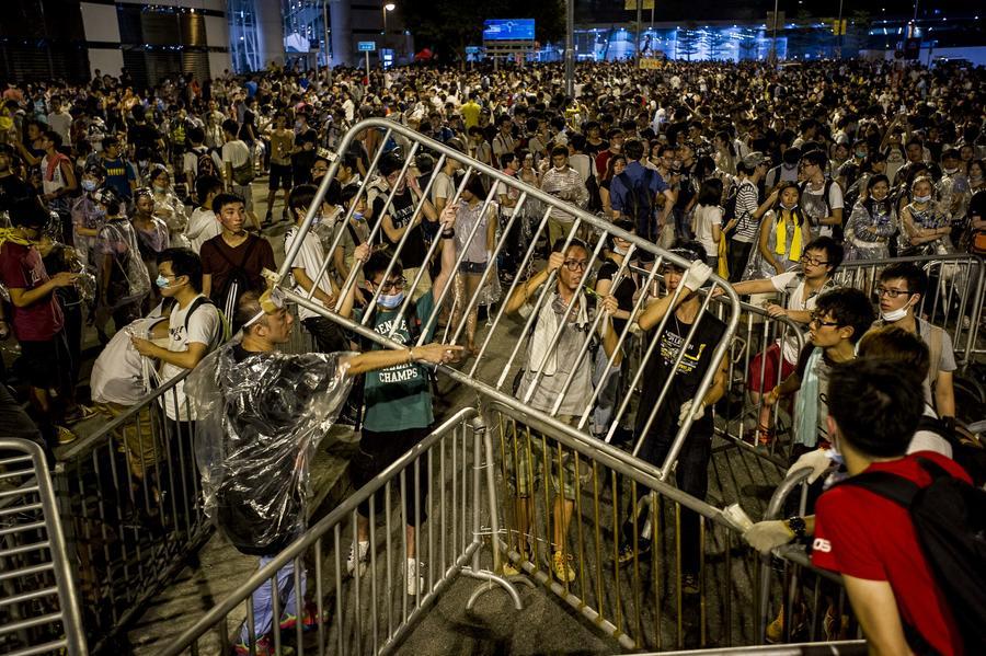 Сторонники кампании Occupy Central парализовали движение в центре Гонконга