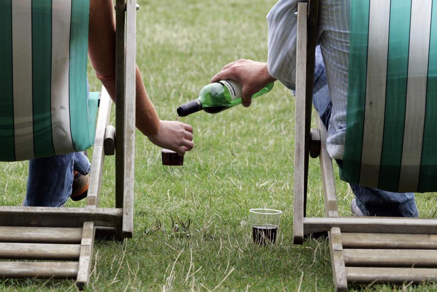 Испанские парламентарии отказались от льготной выпивки