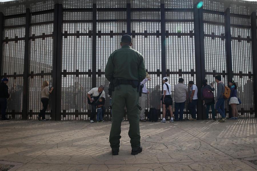 Американские пограничники избивают каждого десятого мигранта из Мексики