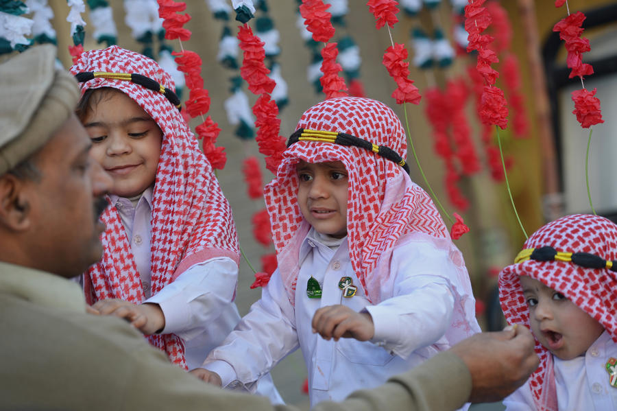 На пакистанском телеканале раздают детей, чтобы привлечь аудиторию