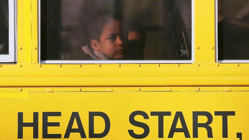 Суд приговорил американку к ношению унизительной таблички за обгон автобуса