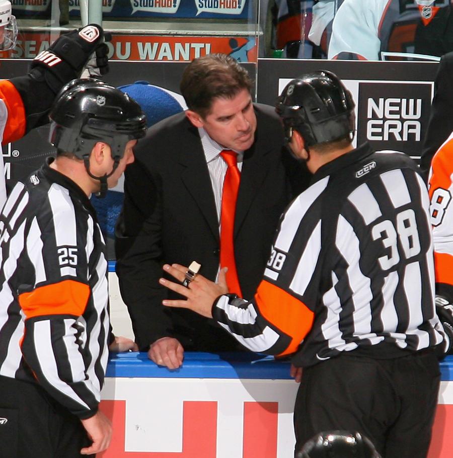 Новые рекорды НХЛ: тренер «лётчиков» «вылетел» за неделю, на смену ему пришёл «расист и драчун»