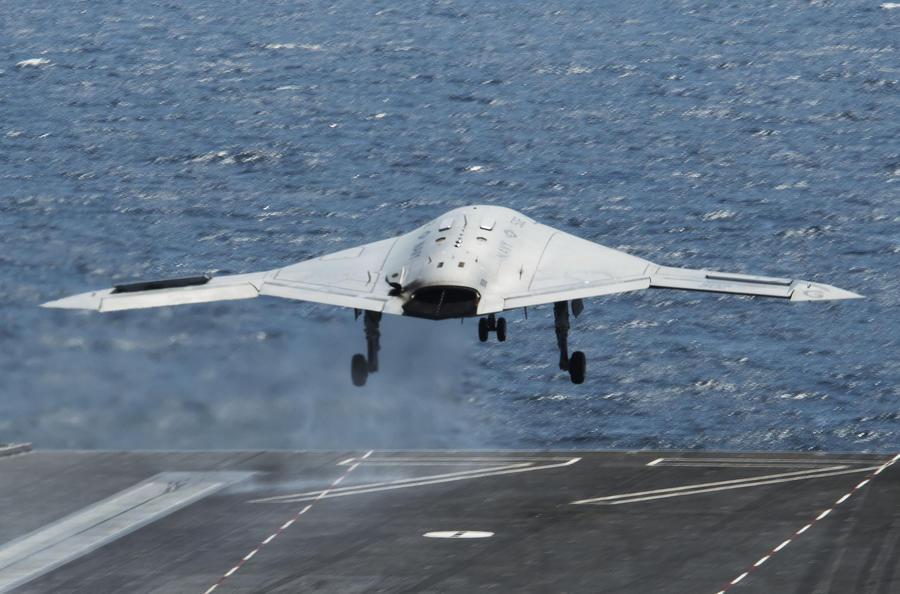Американский беспилотник приземлился на палубу авианосца