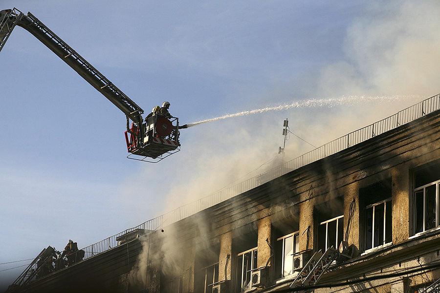 В Санкт-Петербурге горит дом, площадь пожара составила 1,5 тыс. кв. м