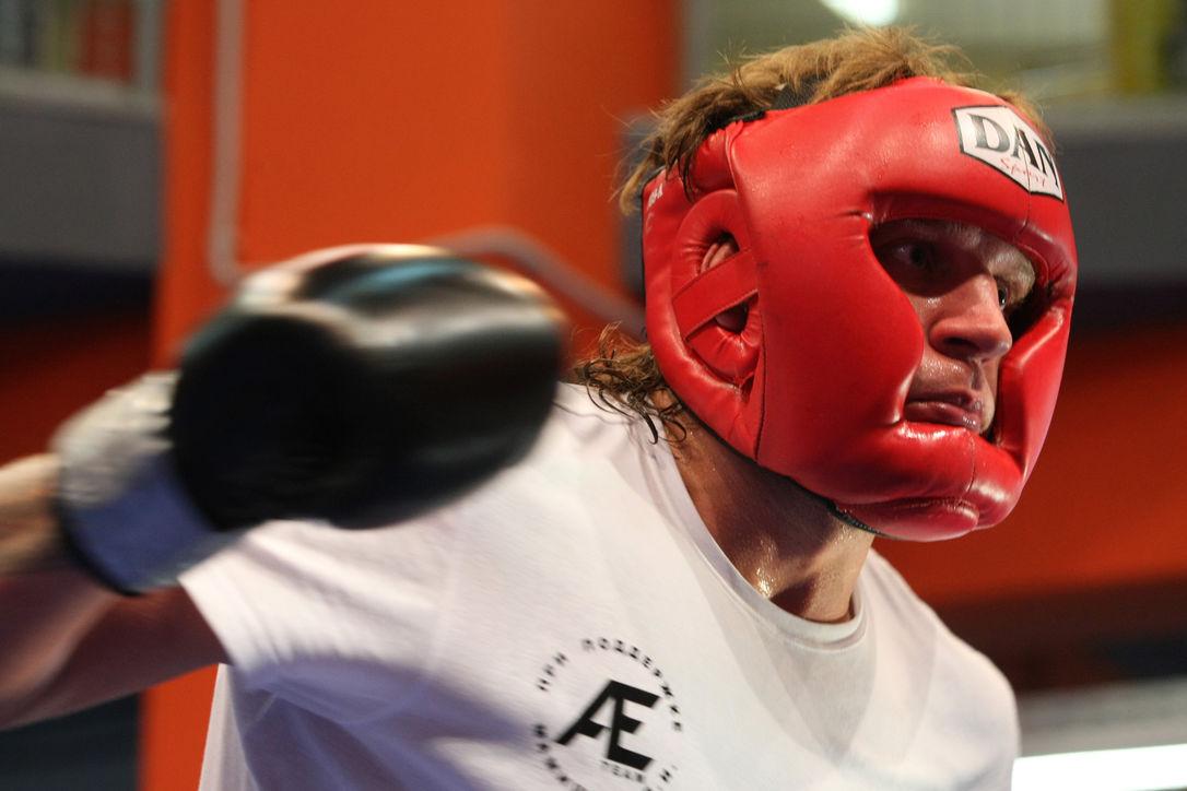 Александр Емельяненко перепутал салон самолета с рингом