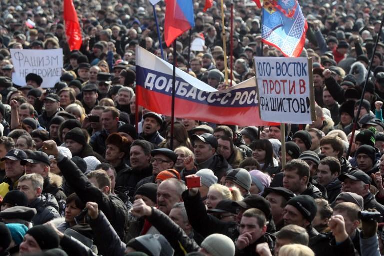 Митингующие заняли два этажа и зал заседаний Донецкой областной администрации