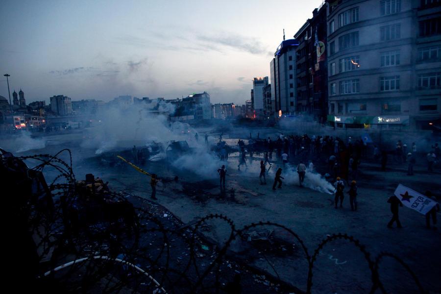 Турецкие протестующие утверждают, что «коктейли Молотова» бросал полицейский в штатском